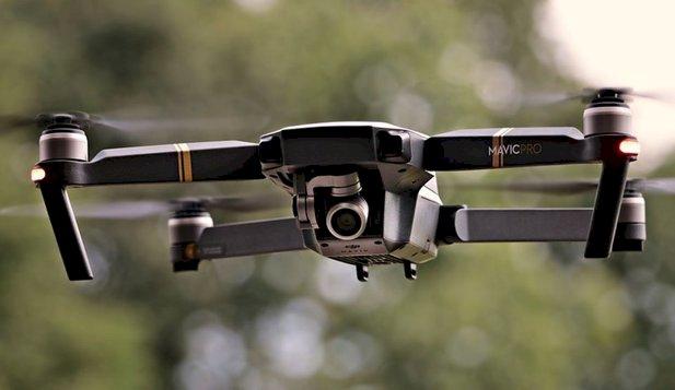 Dronele înzestrate cu tehnologie de recunoaştere facială ajută la găsirea persoanelor